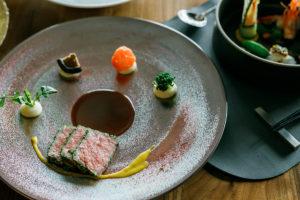 鹿児島県産 黒毛和牛もも肉のロースト 赤ワインソース ハニーマスタード添え