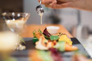 生産者への感謝と彩りを添えて思いを込めた一皿が厨房から旅立っていきます